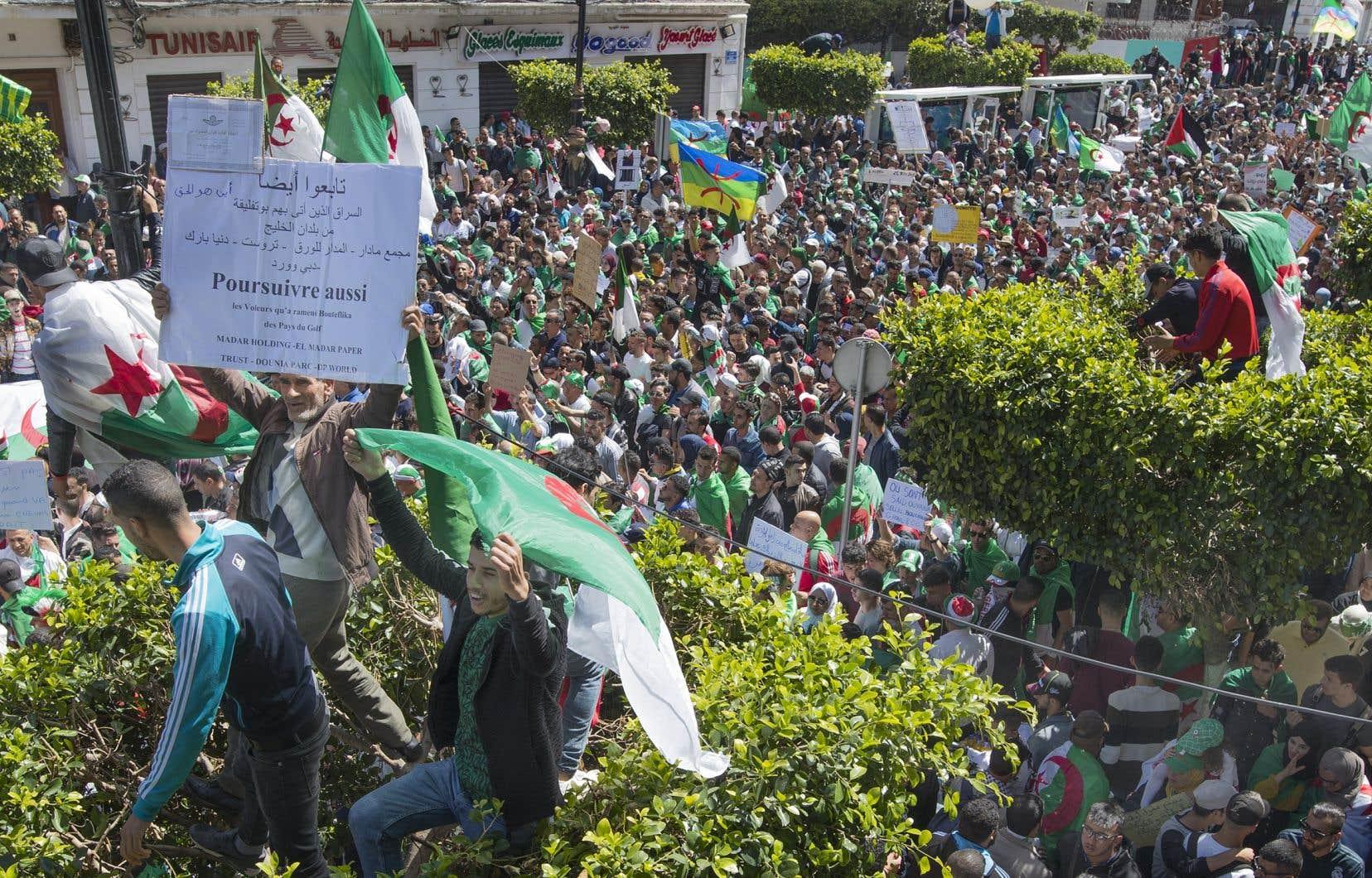 Semaine après semaine, les manifestants se rassemblent pour tenter d'obtenir le départ de l'ensemble du «système» au pouvoir.