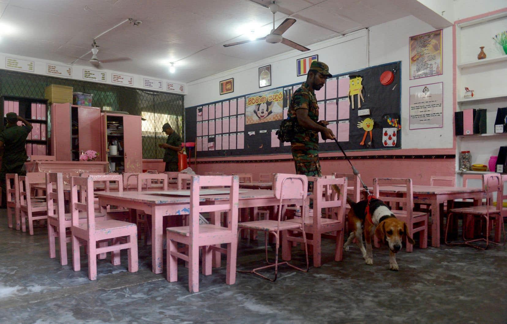 Des dizaines de milliers de membres des forces de sécurité srilankaises ont passé la journée de dimanche à établir des cordons de sécurité et à rechercher d'éventuels explosifs.