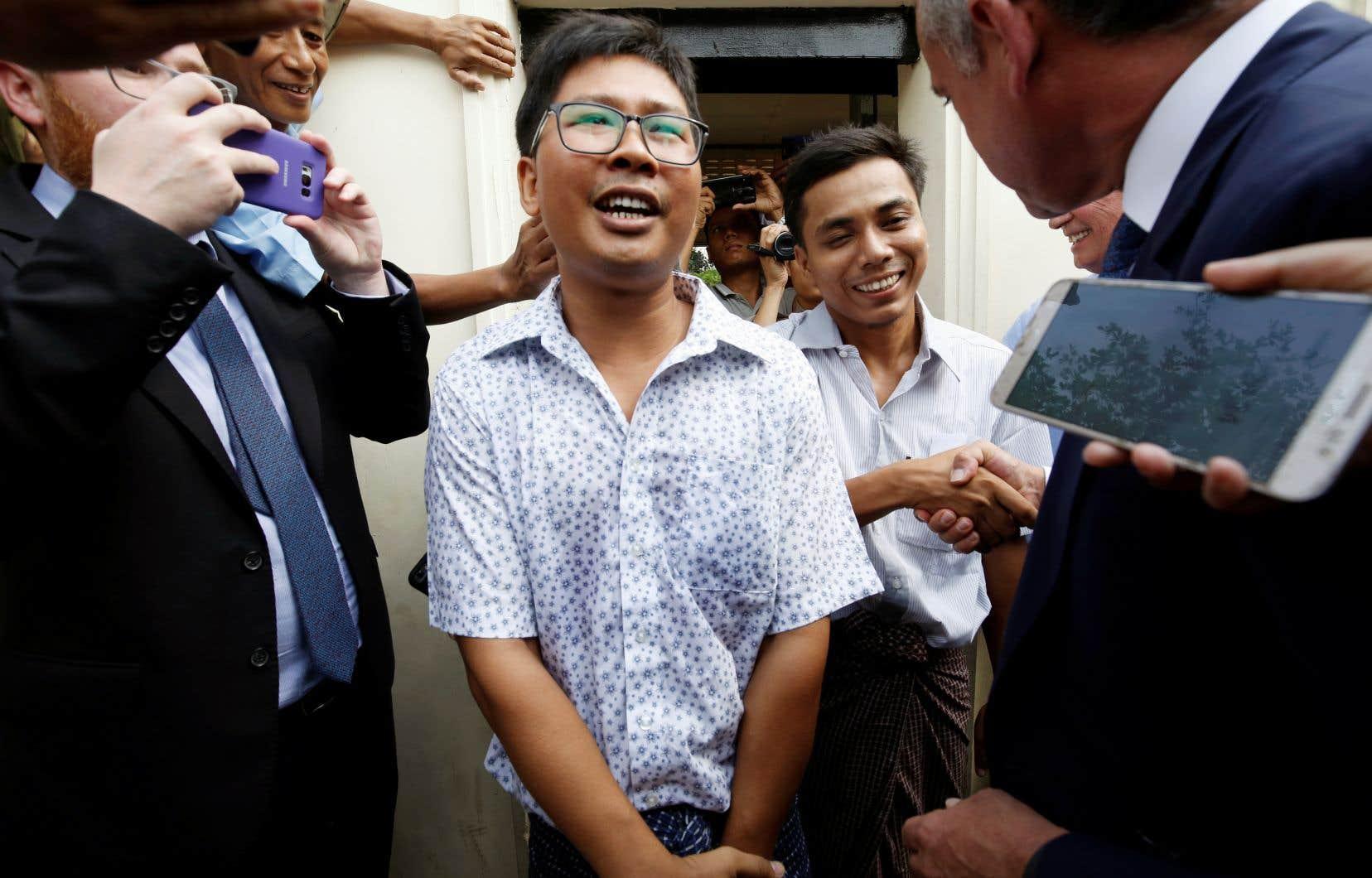 Wa Lone (à gauche) et Kyaw Soe Oo (à droite) à leur sortie de prison