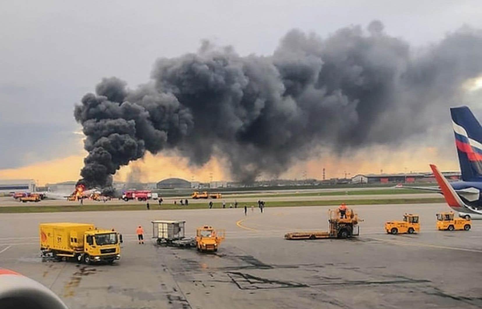 Quelques minutes après son décollage de l'aéroport de Moscou-Cheremetievo vers Mourmansk, le Superjet 100 a dû faire demi-tour pour un atterrissage d'urgence au cours duquel l'arrière de l'avion s'est embrasé.