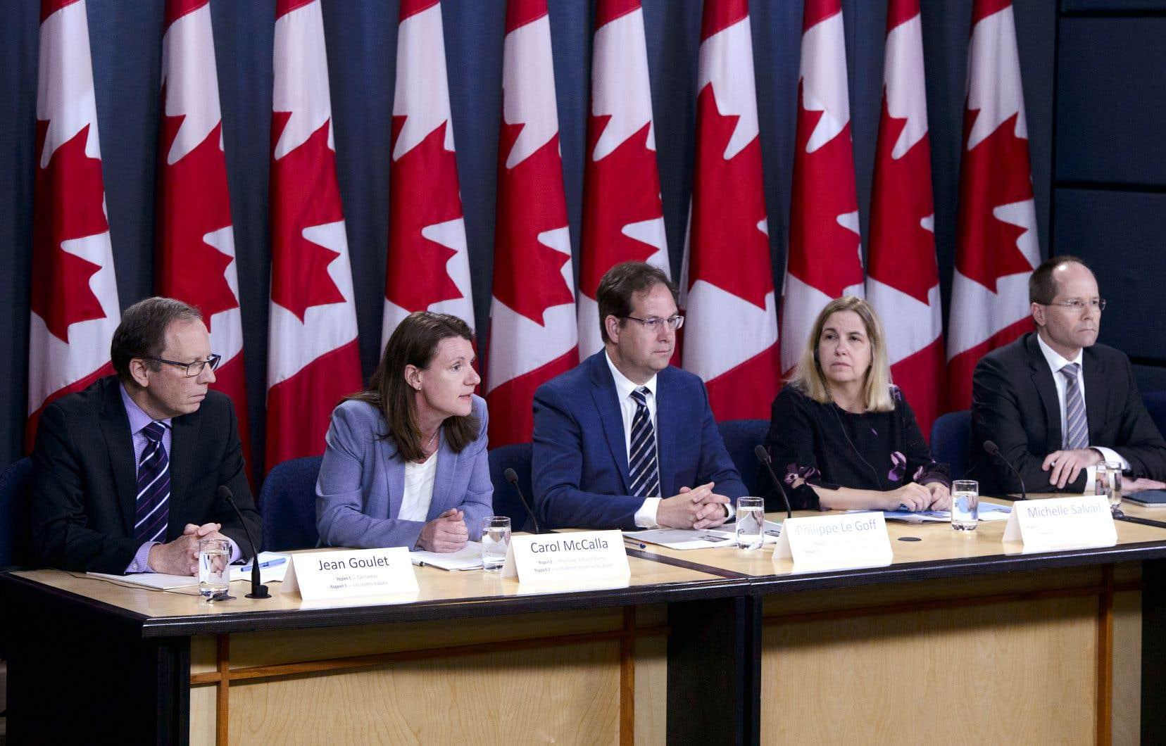 Des officiers du bureau du vérificateur général du Canada lors de la séance d'information à l'intention des journalistes.