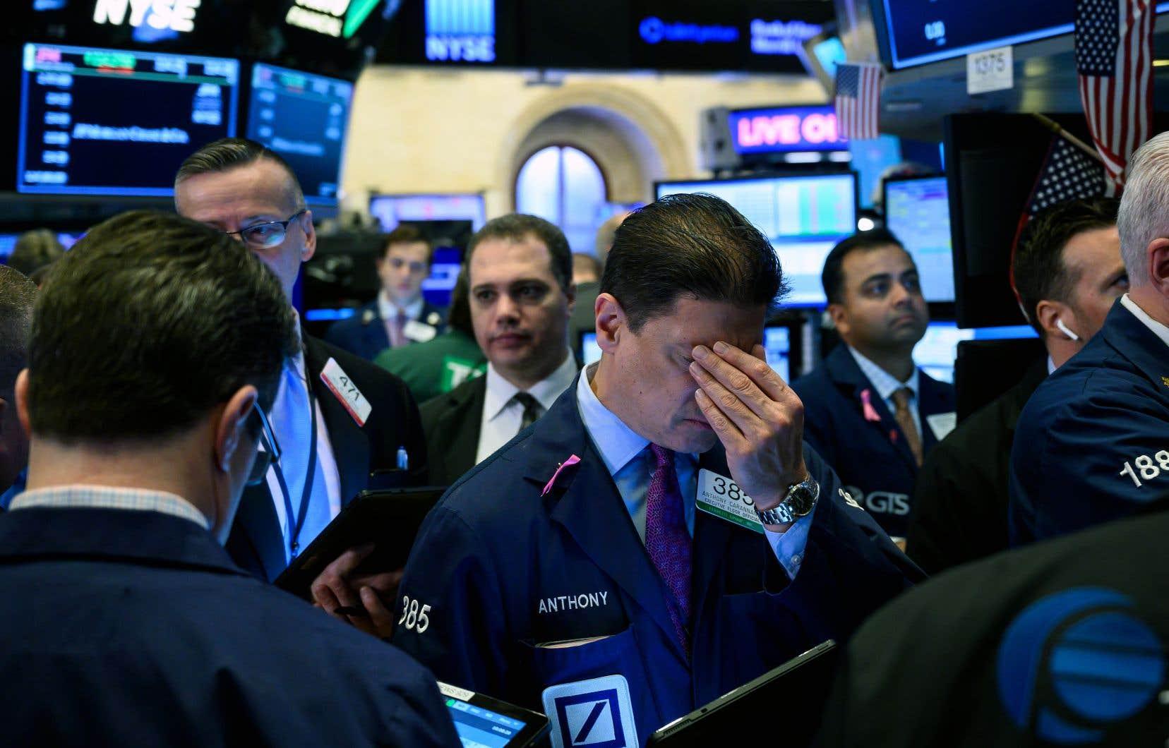 Le Dow Jones a plongé de 1,8%, à 25965,09 points, tandis que l'indice Nasdaq a chuté de 2%, à 7963,76points.