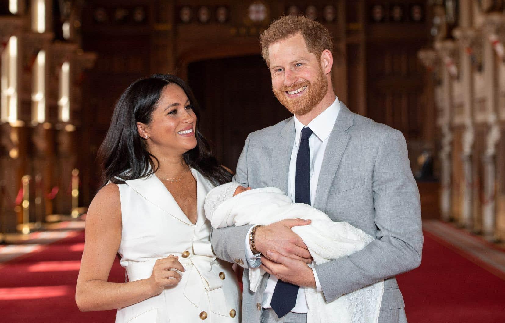 Le prince Harry et son épouse Meghan ont présenté mercredi leur fils au public et à la reine.