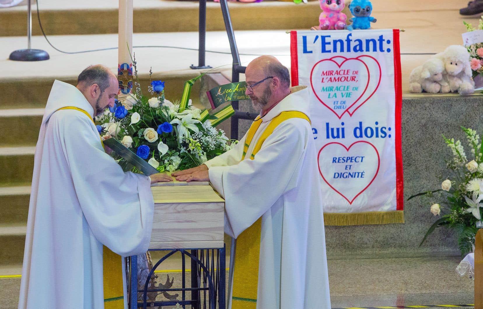 La cérémonie a alterné les prières et les chants religieux abordant la souffrance vécue par les enfants et l'amour qu'on devrait leur offrir.