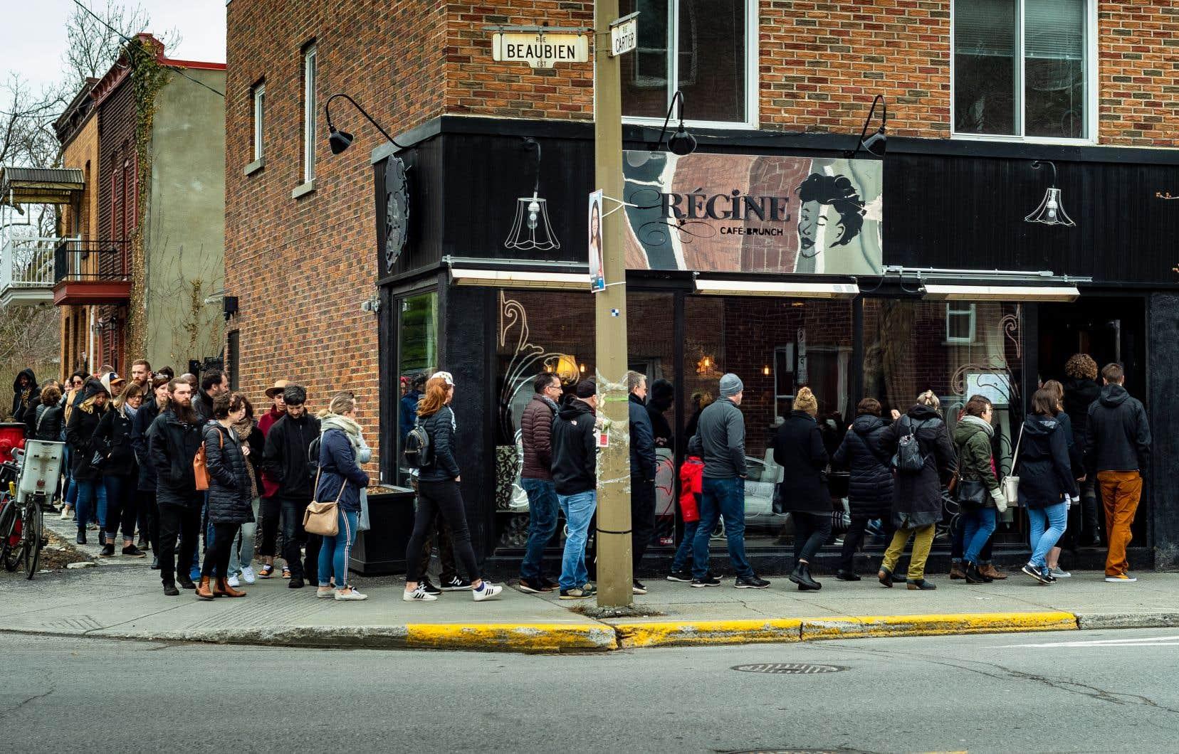 Chaque fin de semaine, les gens s'alignent avant l'ouverture du café Régine, rue Beaubien à Montréal, très prisé pour ses brunchs fastes.