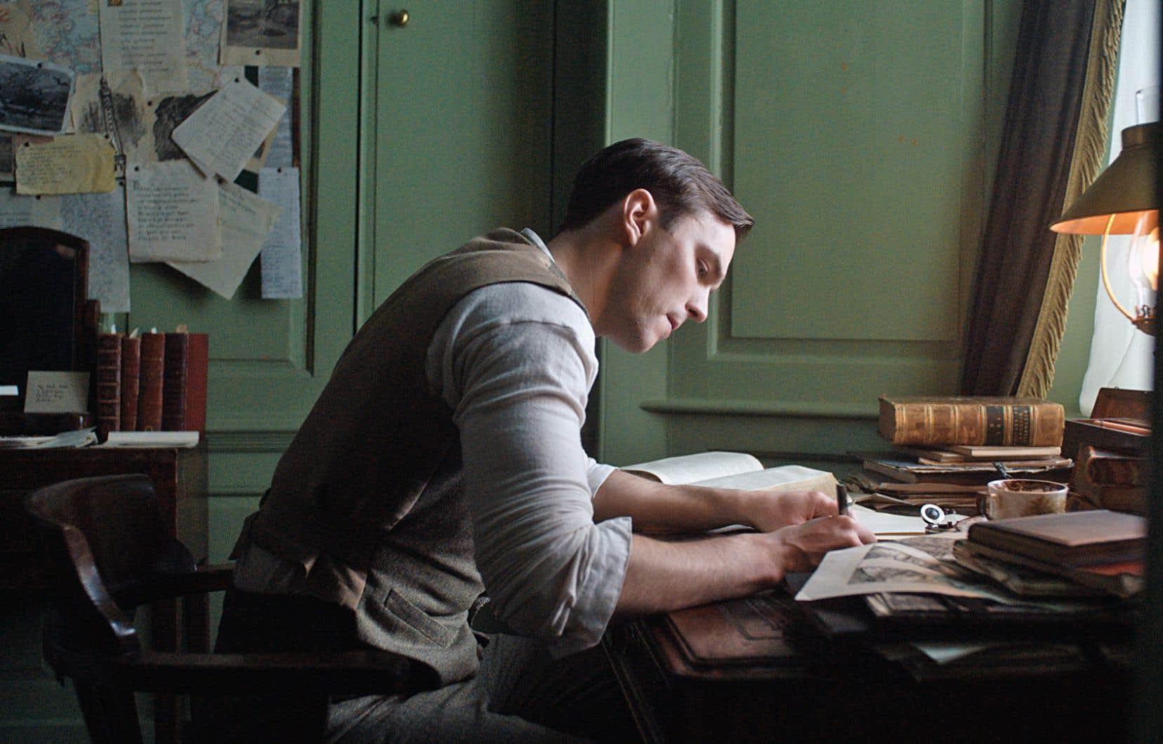 «Tolkien» propose du drame, de l'aventure et de la romance. Hélas, les personnages ont beau manifester toute la ferveur du monde, le résultat est bien tiède.
