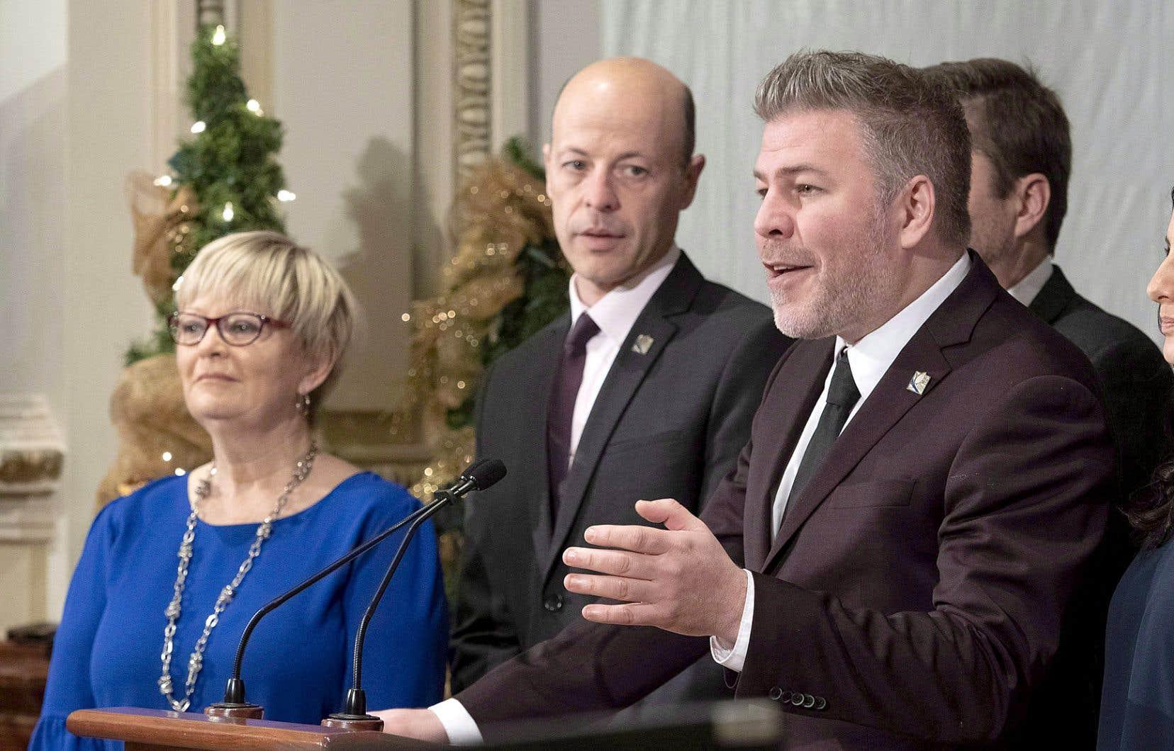 Joël Arseneau, député péquiste des Îles-de-la-Madeleine (dans le milieu de la photo)