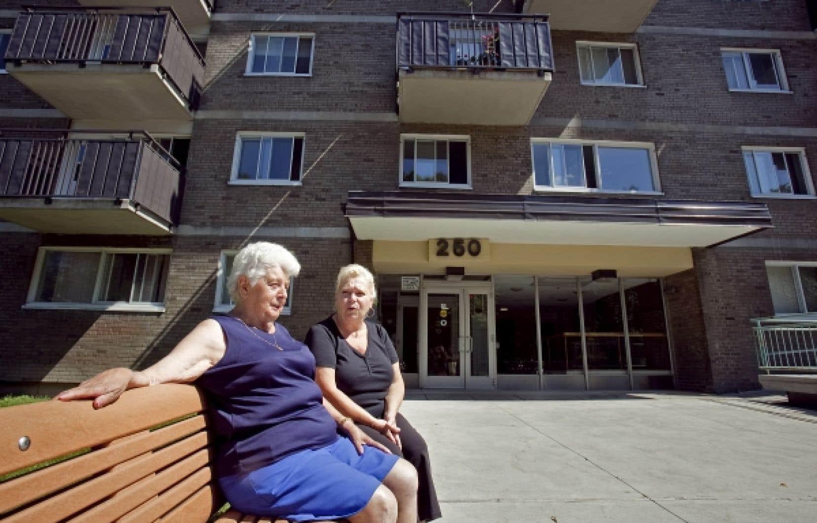 Thérèse Nadon et Suzanne St-Onge devant leur résidence.