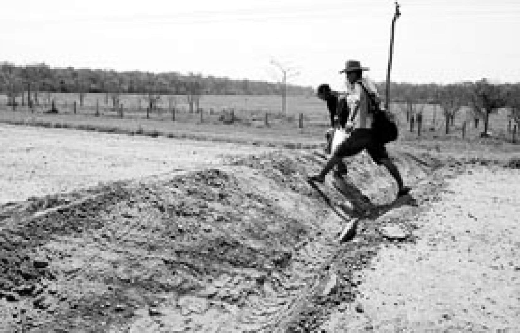 Des paysans boliviens ont franchi hier une tranchée creusée à Cuatro Canadas, dans la région de Santa Cruz.