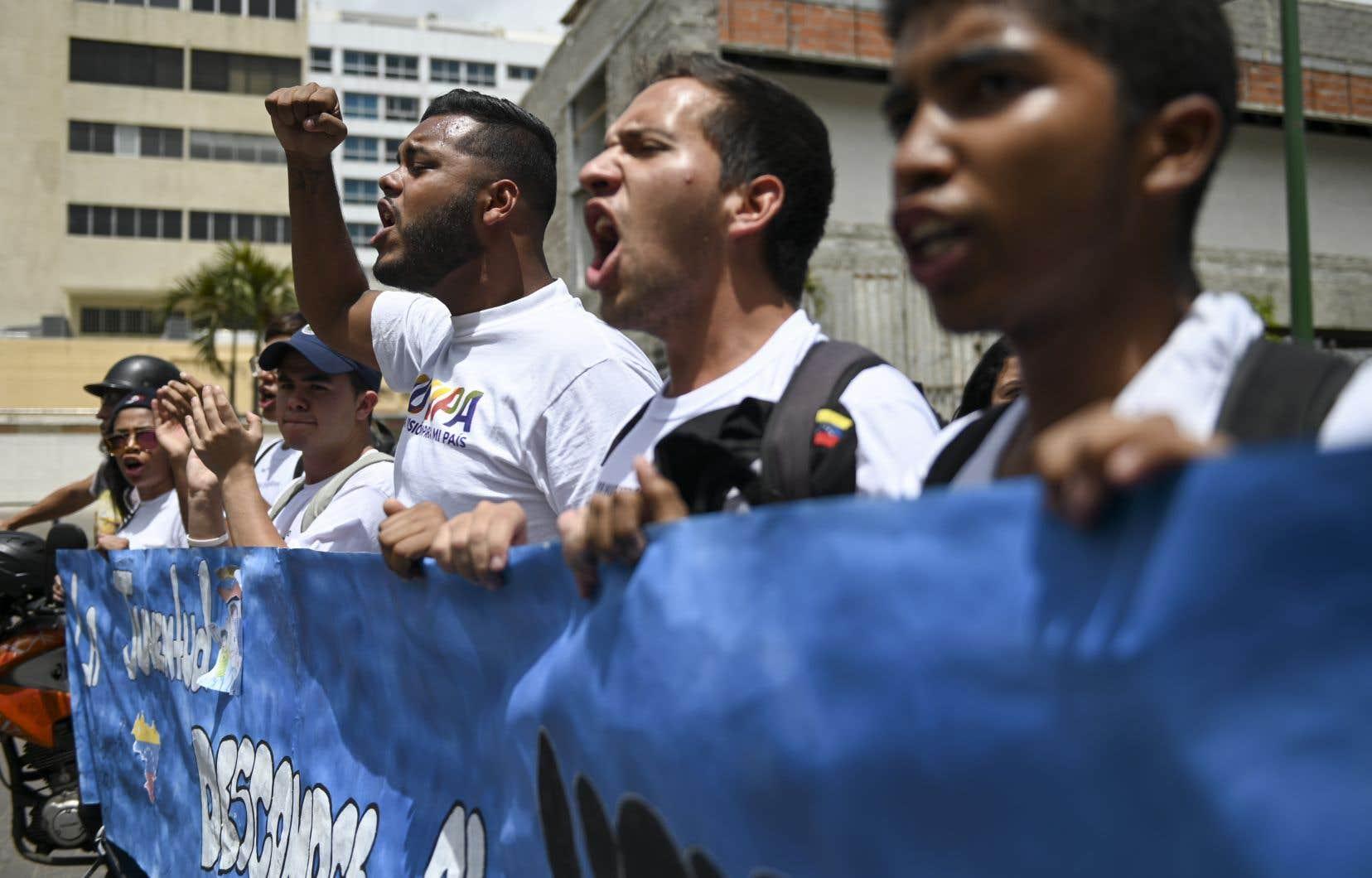 Des partisans du leader de l'opposition vénézuélienne et président autoproclamé par intérim, Juan Guaidó, manifestent lors d'un rassemblement à Caracas le 11 mai 2019.