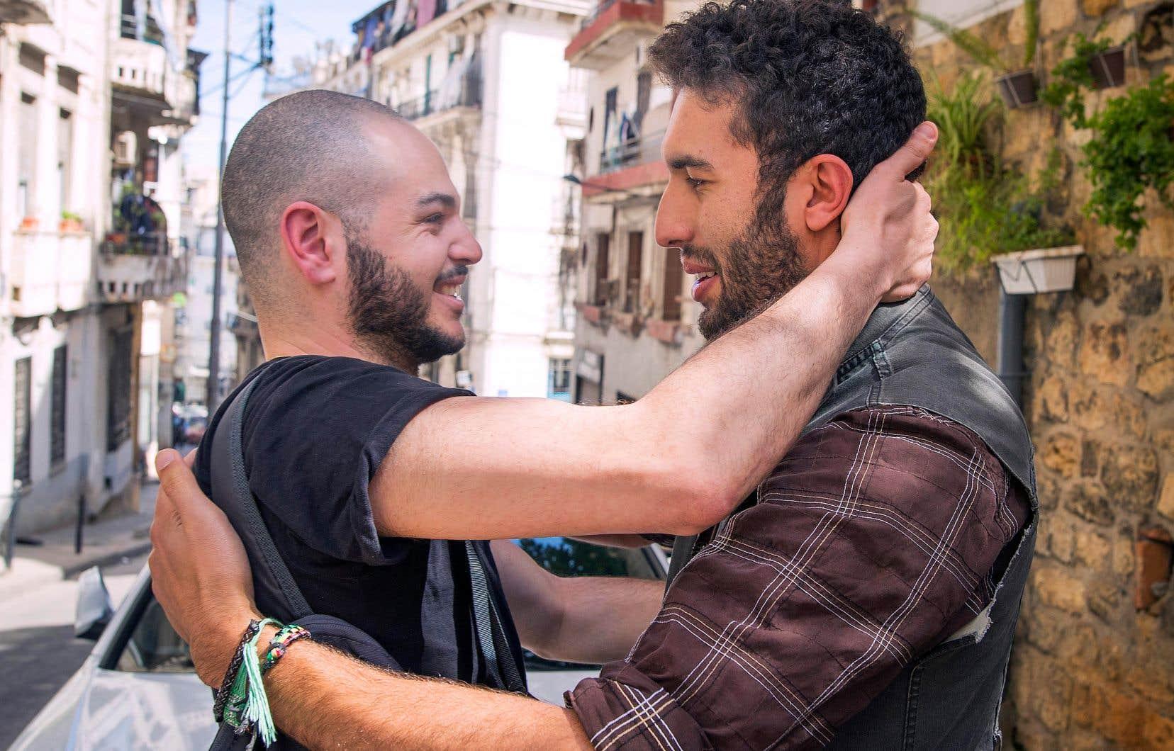 Rimouskois depuis 20 ans, Mehdi, à gauche, est retourné à Alger pour visiter son ami d'enfance, Khaled, et sentir le vent de liberté qui souffle sur son pays d'origine.