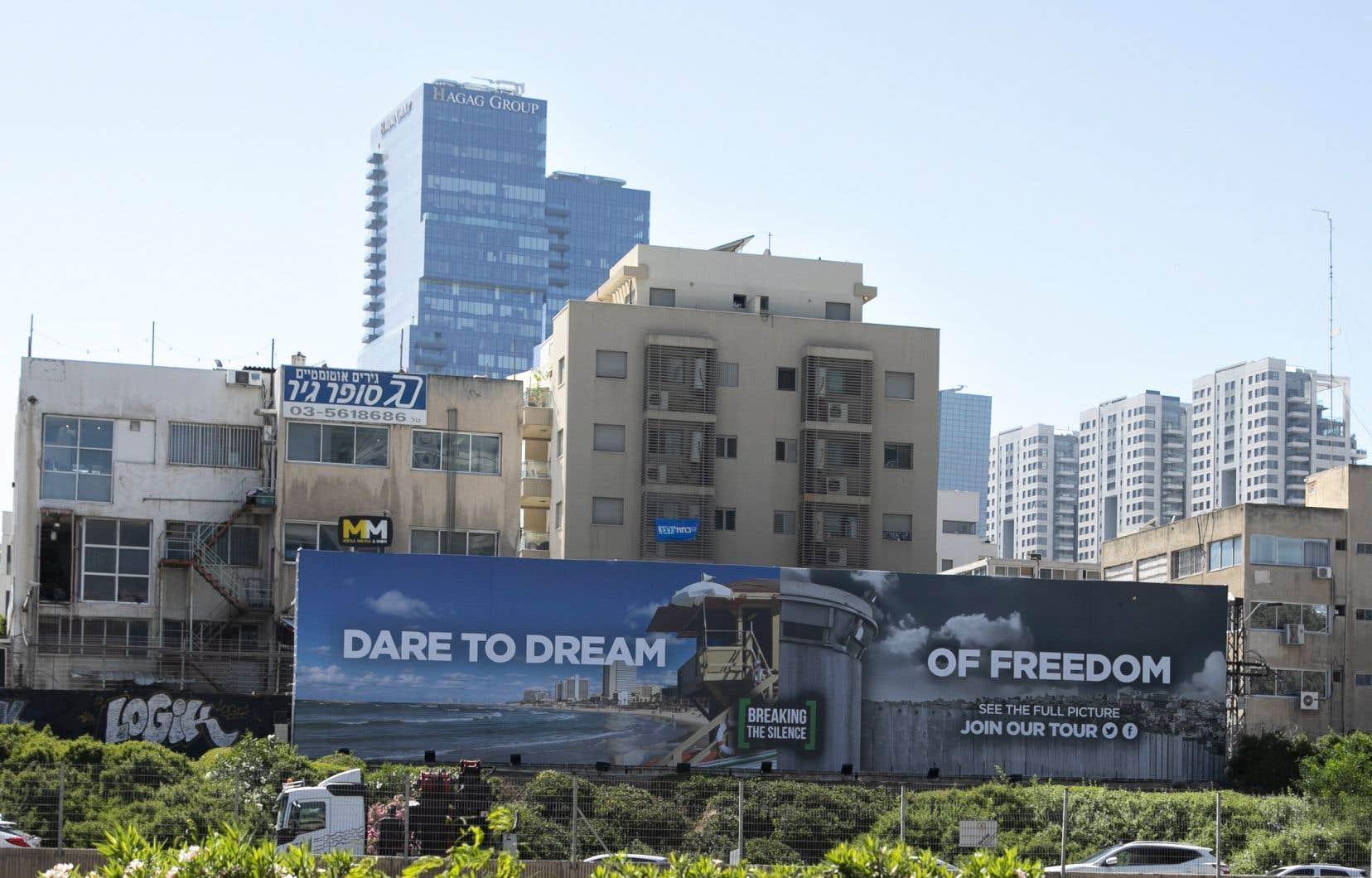 Installée par l'ONG Breaking the Silence le long d'une autoroute traversant Tel-Aviv, une affiche parodie ce mot d'ordre et appelle à «osez rêver de liberté».
