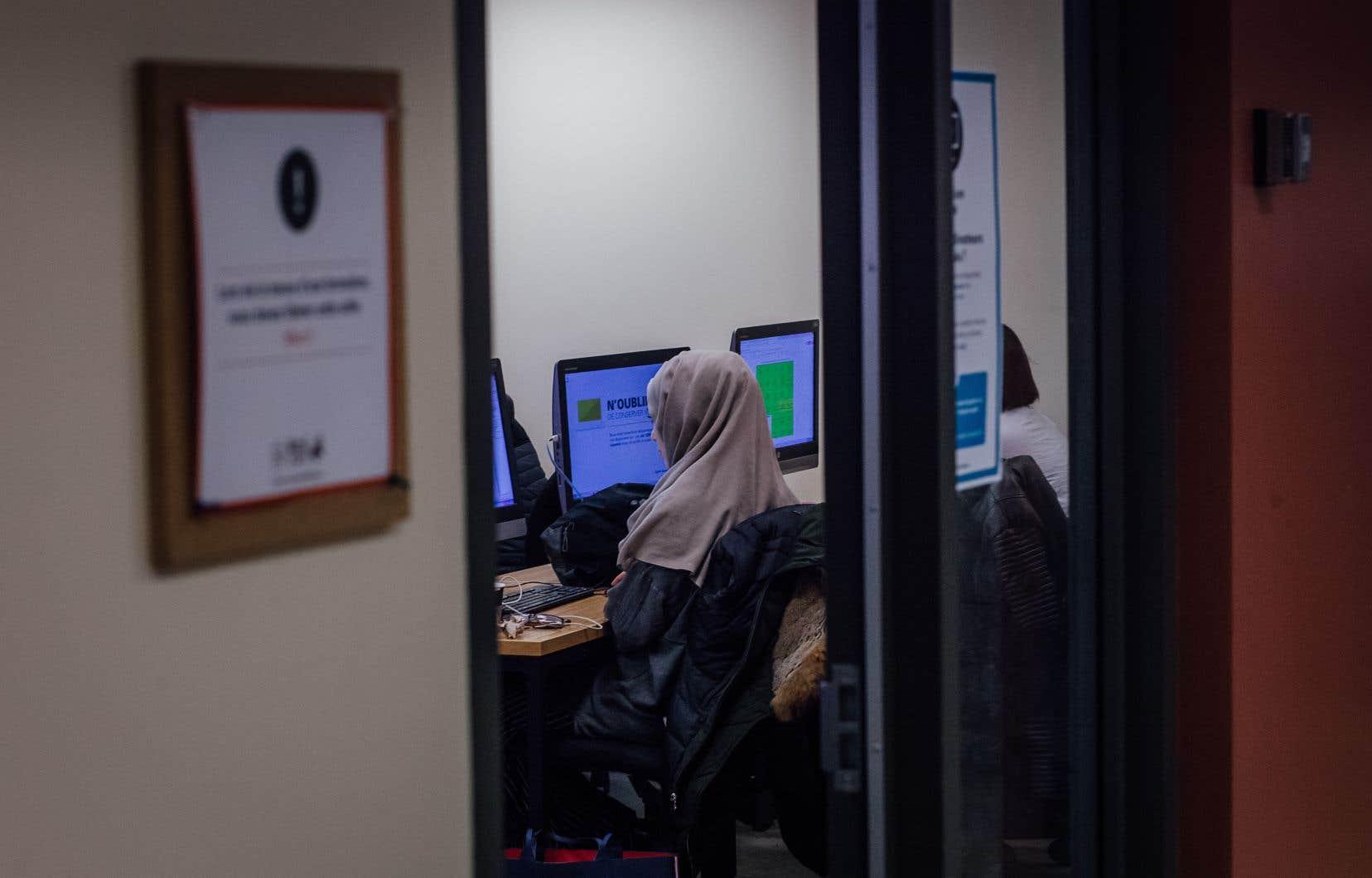 Mardi, la mairesse de Montréal, Valérie Plante, a affirmé s'inquiéter de l'impact de l'interdiction du port des signes religieux sur le taux d'emploi des femmes immigrantes.