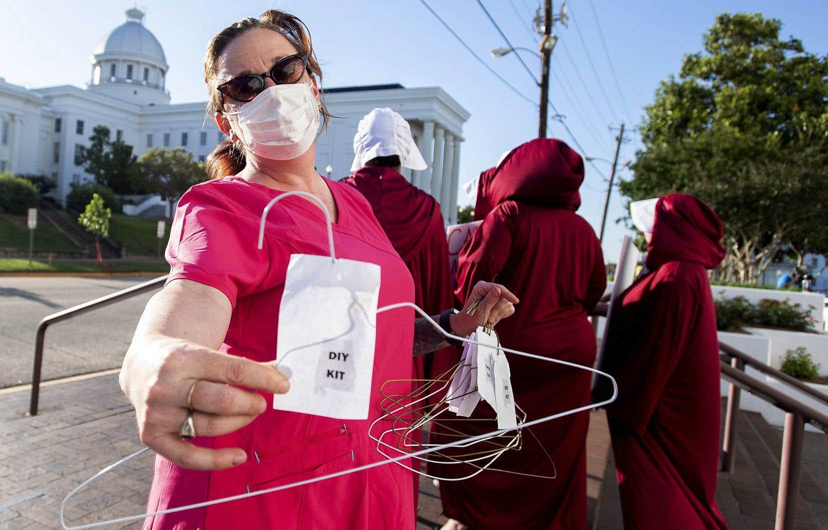 Une manifestante contre l'interdiction des avortements, devant le Capitole, à Montgomery en Alabama, mardi