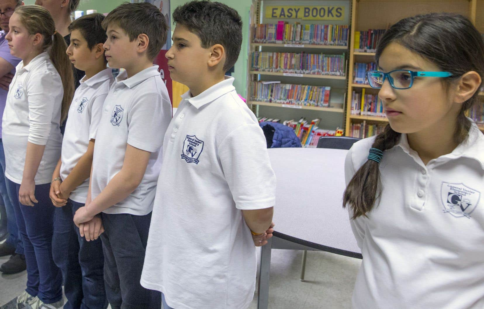 «Le nombre d'élèves peut bien être à la baisse, mais les communautés locales s'atrophient quand les écoles ferment leurs portes, et les élèves doivent se déplacer hors de leur quartier pour fréquenter une école anglaise», mentionne l'auteur.