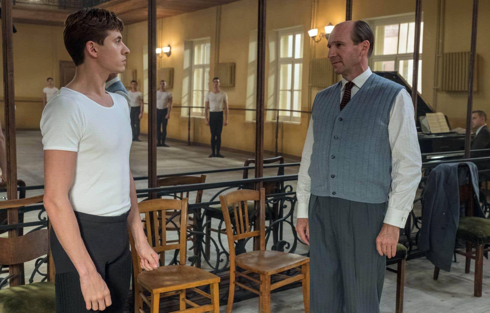 Le réalisateur Ralph Fiennes, acteur célébré, joue ici fort bellement le professeur de Noureev, Alexandre Pouchkine.