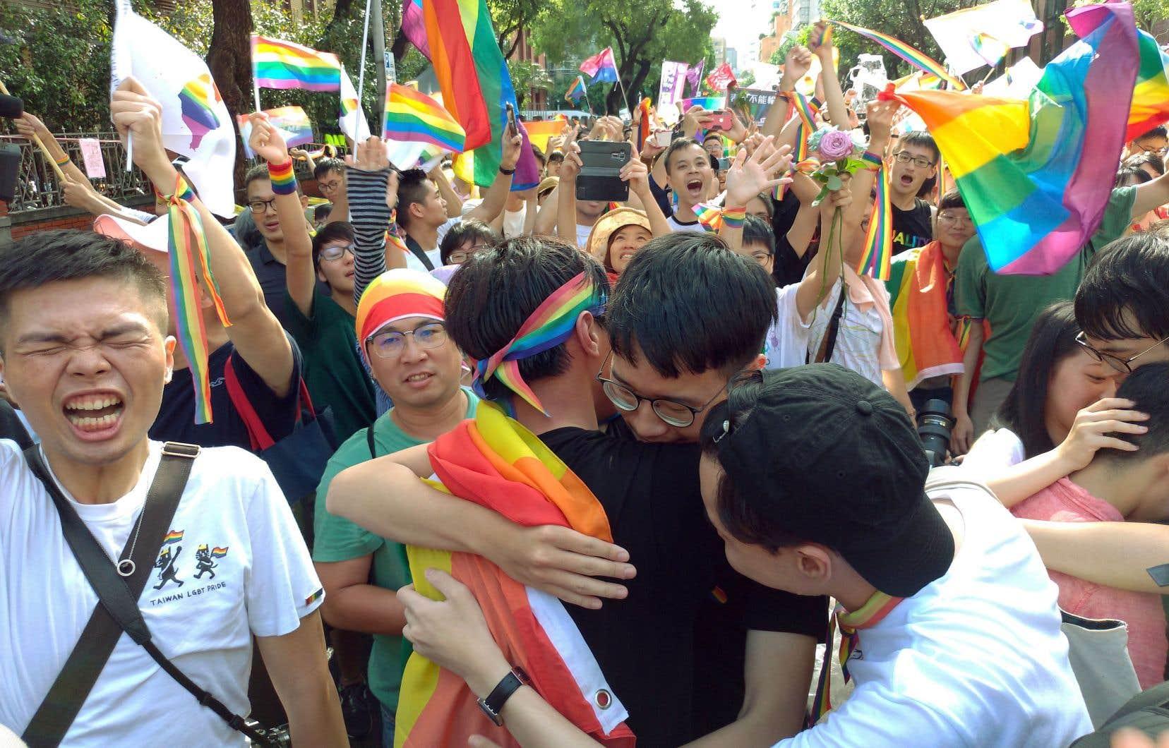 Des milliers de partisans du mariage homosexuel se sont rassemblés près du parlement taïwanais vendredi à l'annonce de la nouvelle.