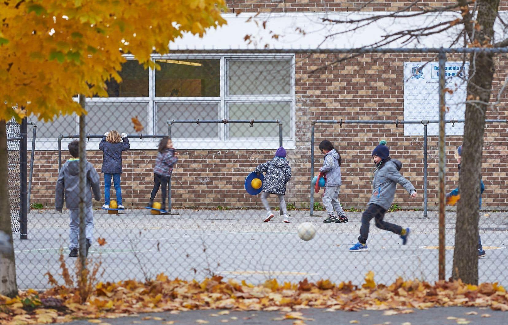 Les écoles concernées auront notamment de nouveaux modules de jeux, des patinoires et des terrains de soccer, de basket-ball ou de baseball.