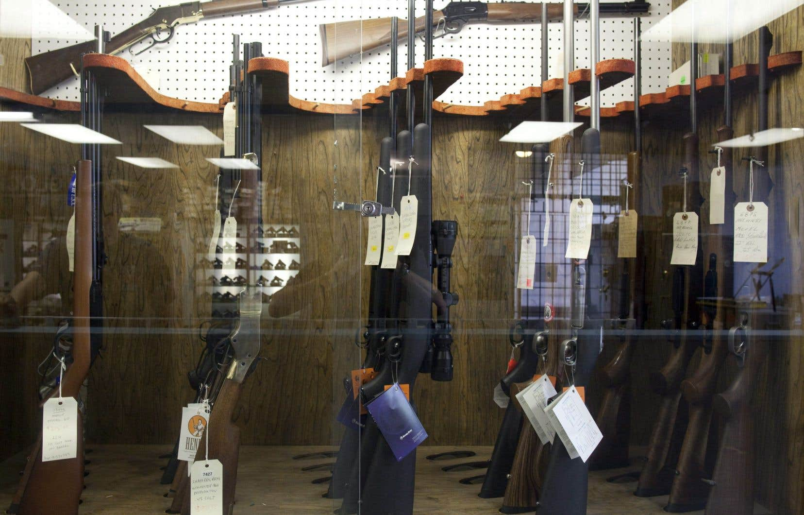 La législation canadienne classe les armes à feu en trois catégories. Les armes à feu prohibées et les armes à autorisation restreinte doivent être enregistrées auprès de la GRC. Au Québec, les armes d'épaule doivent être immatriculées.