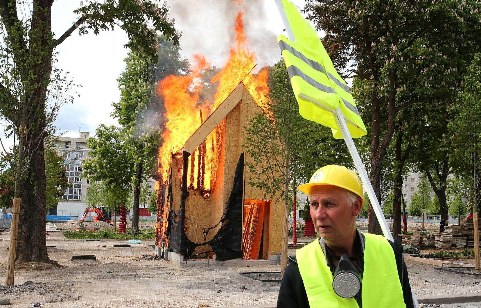 À Reims (est), des heurts ont eu lieu, une vingtaine de vitrines ont été vandaliséeset au moins deux manifestants ont été blessés.