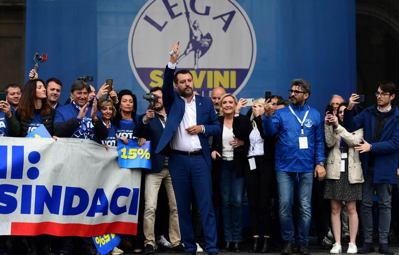 Devant des dizaines de milliers de ses partisans rassemblés sur la grande place du Duomo, à Milan, Matteo Salvini s'en est pris, comme les orateurs précédents, à «l'Europe des élites» et «du passé».