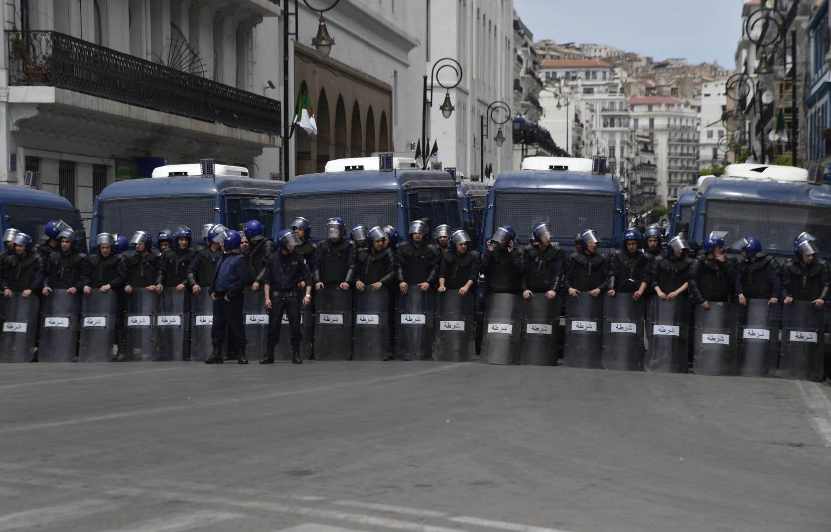 D'importants renforts policiers, munis de casques et de boucliers, ont été déployés dans les rues menant àl'Assemblée populaire nationale.