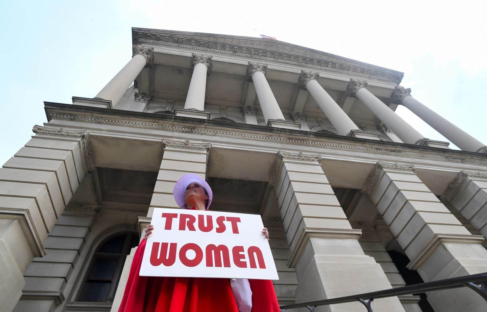 Durant la semaine, des manifestantes ont déjà clamé leur opposition à cette loi en portant la robe rouge pourpre et le bonnet blanc emblématiques de l'oppression des femmes dans la série télévisée «La Servante écarlate».