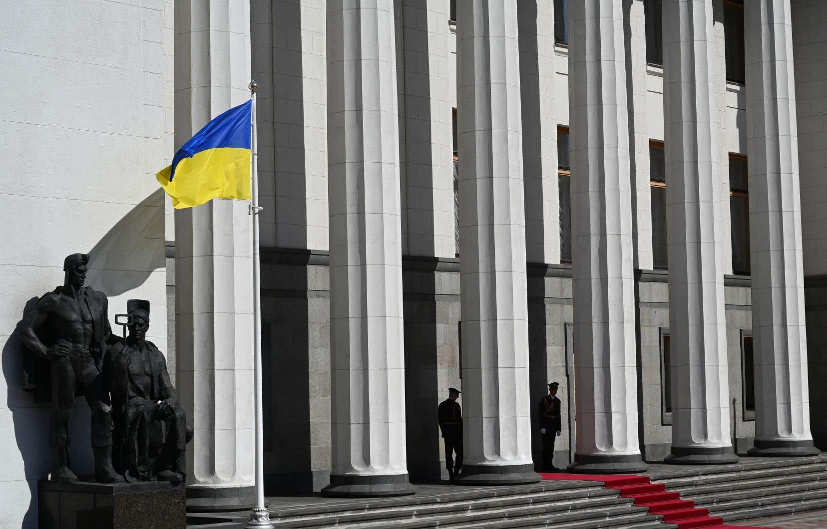 Des officiers montent la garde devant le parlement ukrainien, à Kiev, le 20 mai 2019.