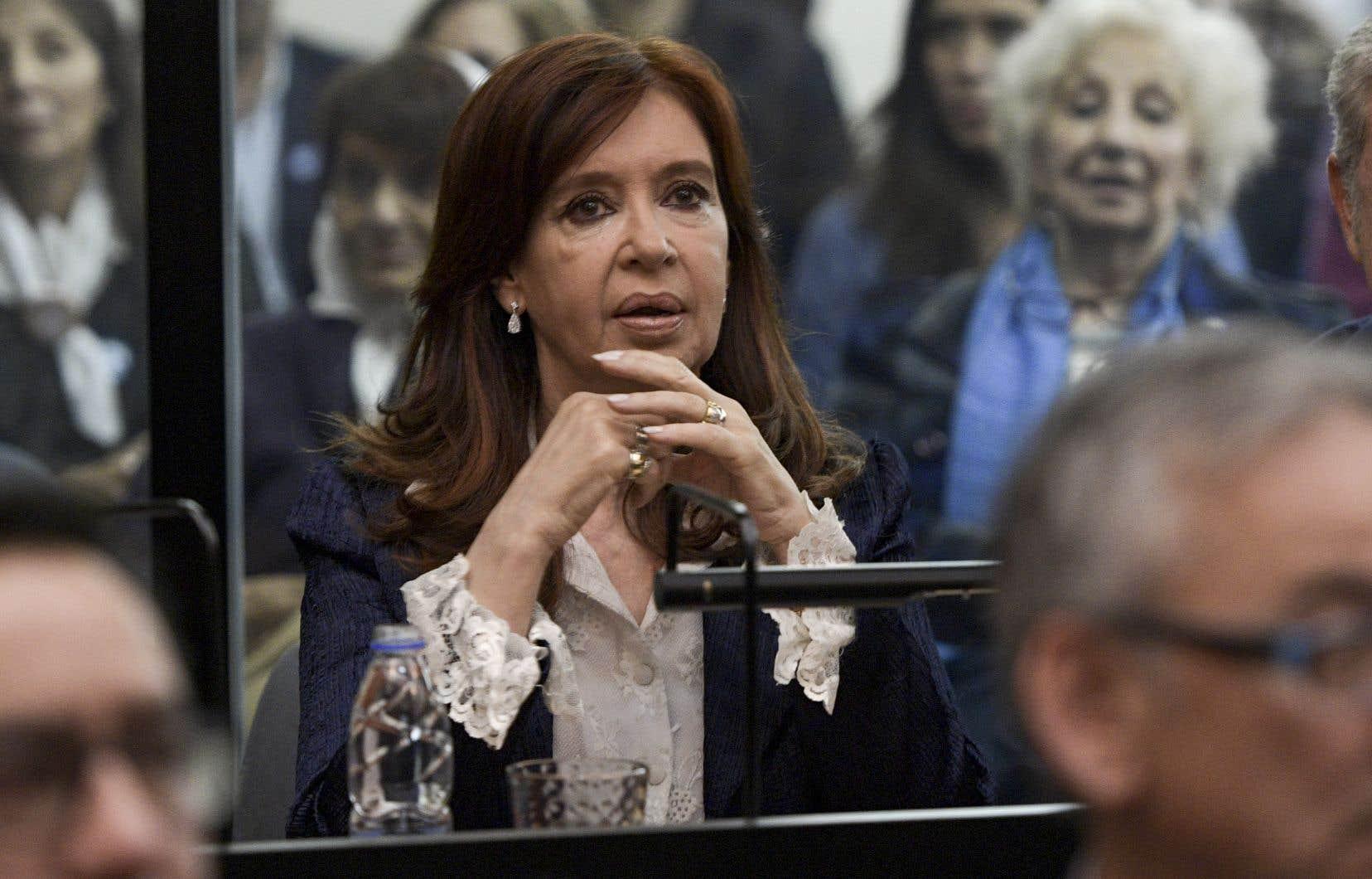 Cristina FernándezdeKirchner a comparu mardi devant le tribunal pour le premier d'une série de procès pour corruption.