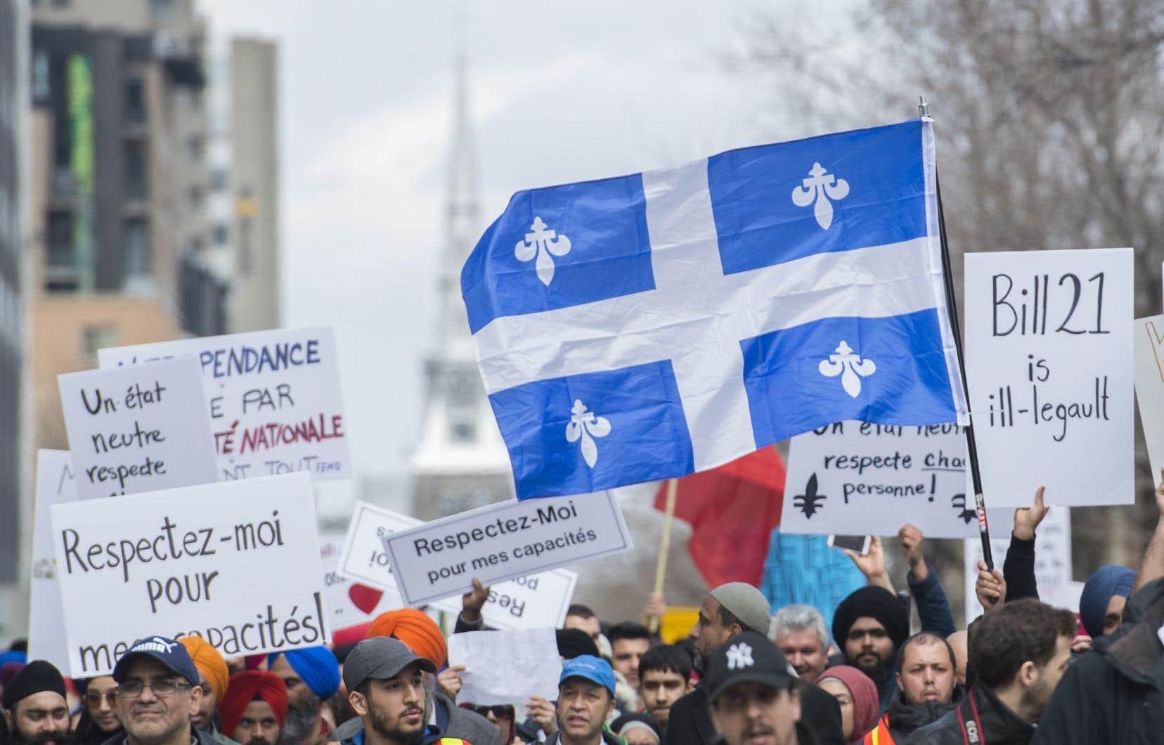 Des gens manifestant contre le projet de loi 21, le 7 avril dernier, à Montréal.