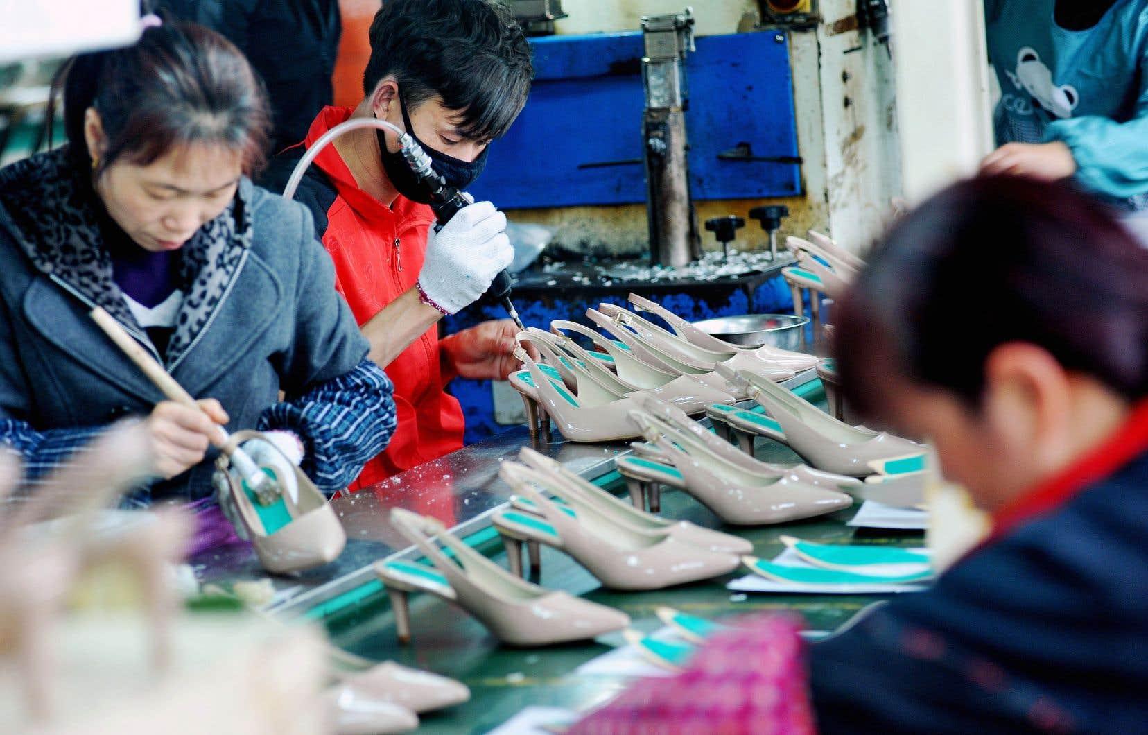 À Shangrao, des travailleurs chinois produisant des chaussures destinées à l'exportation, en mars 2018