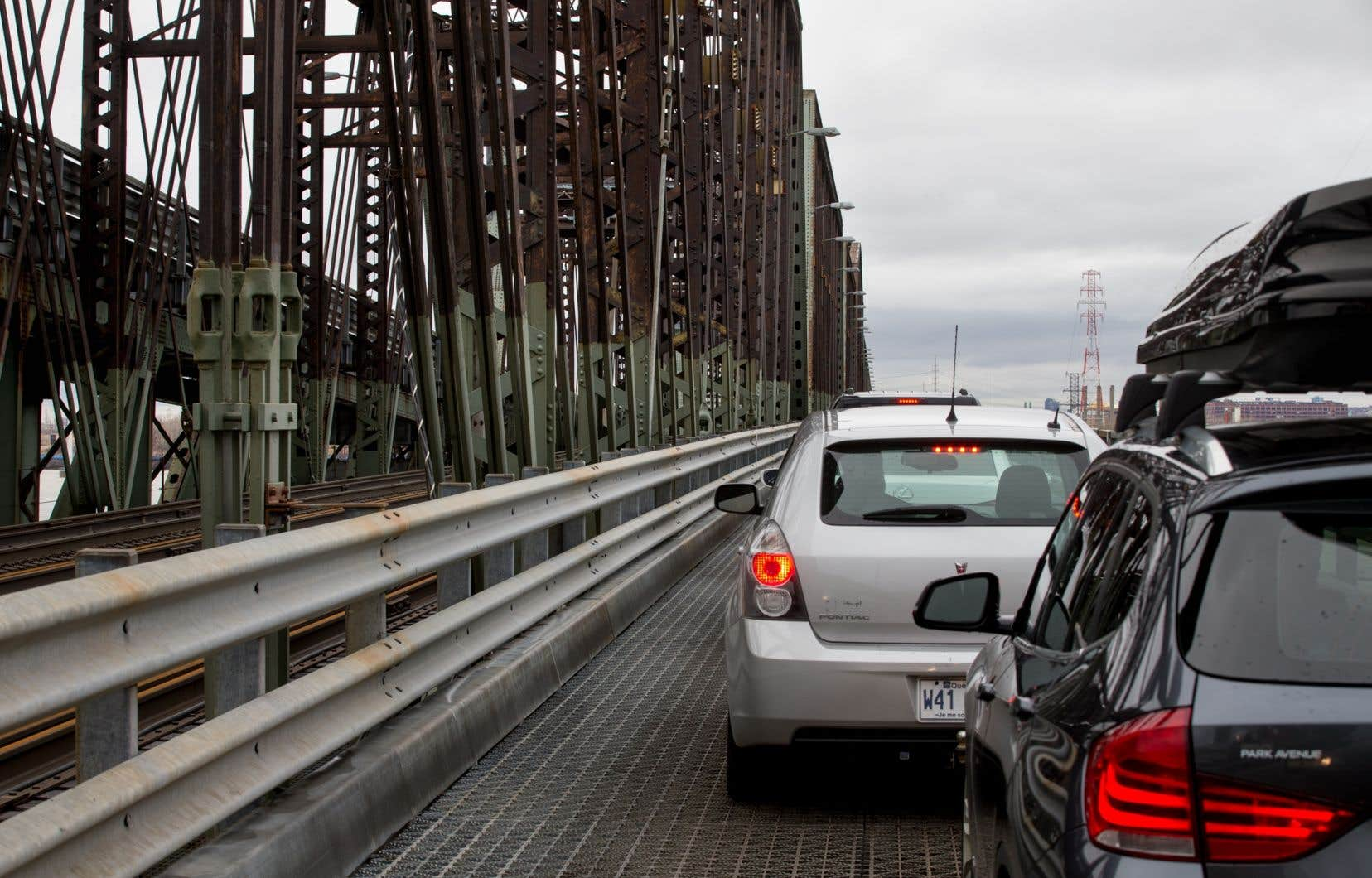 Le pont Victoria, qui a été inauguré en 1860, relie Saint-Lambert à Montréal en enjambant le fleuve Saint-Laurent.