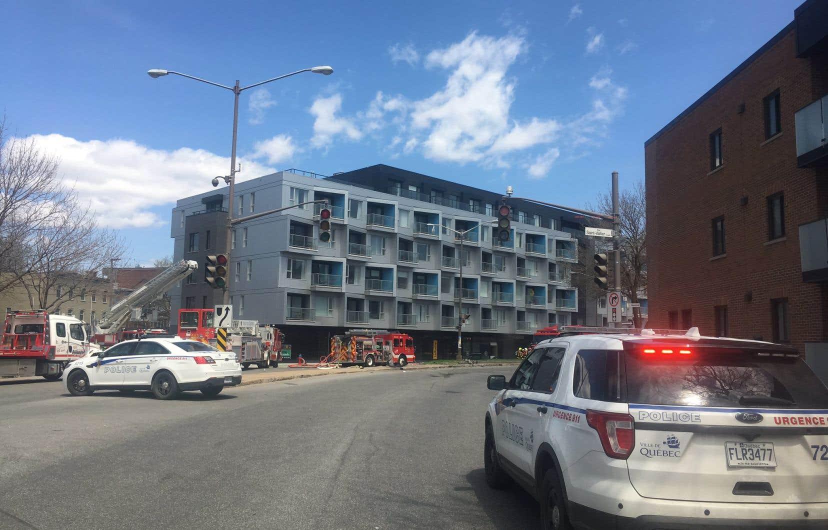 Une voiture s'est engouffrée dans un immeuble mercredi après-midi, à Québec.