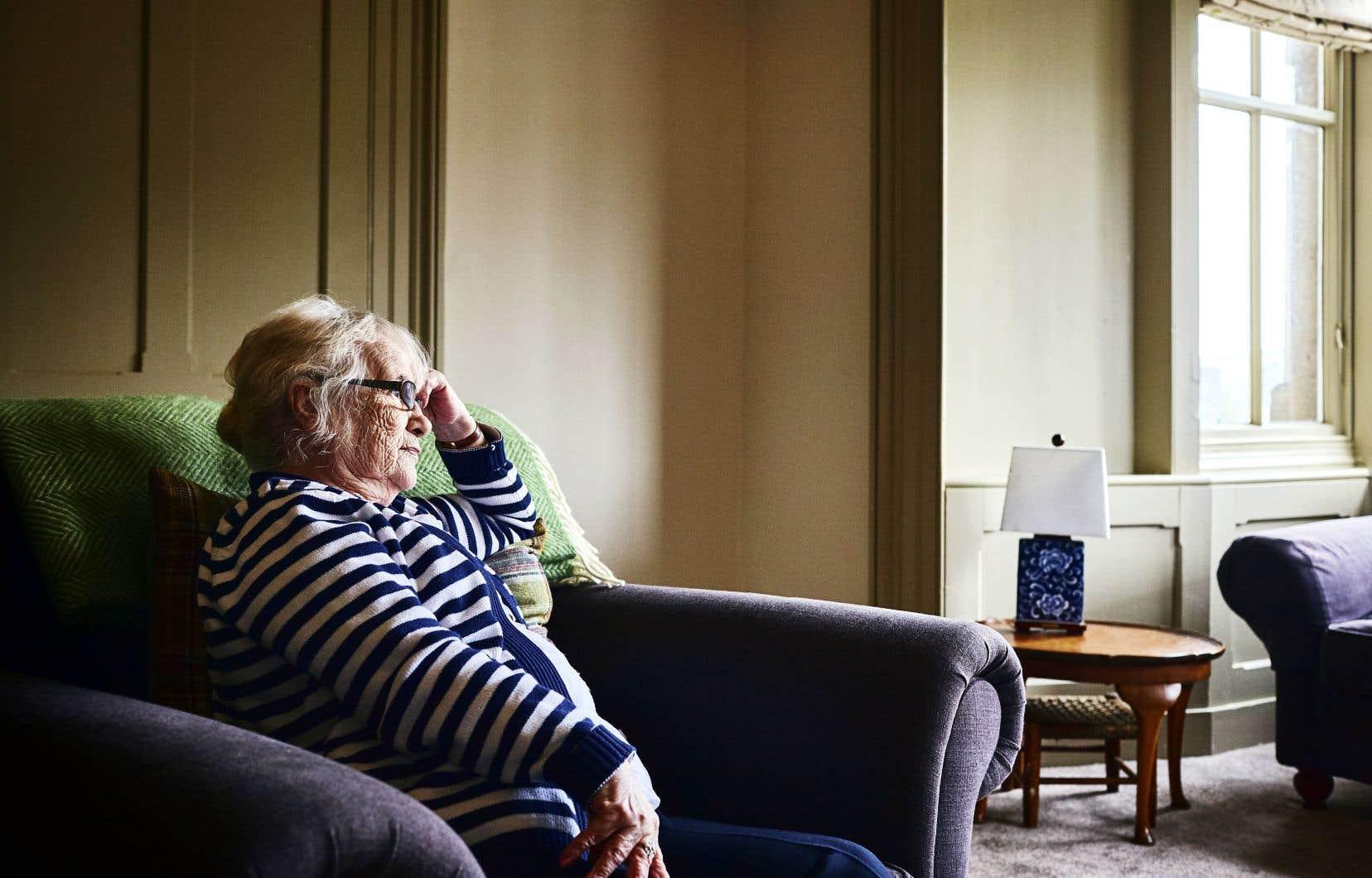 La vie sociale des aînés s'organise souvent autour des autres habitants de la résidence. Lorsque cette dernière ferme ses portes, ces nouvelles amitiés sont perdues.