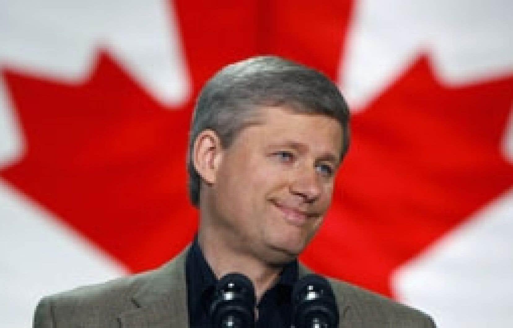 Stephen Harper répondant aux questions des journalistes, hier, à Winnipeg. L'engagement du premier ministre de réduire la taxe d'accise fédérale sur le diesel a été très mal reçu par les écologistes.