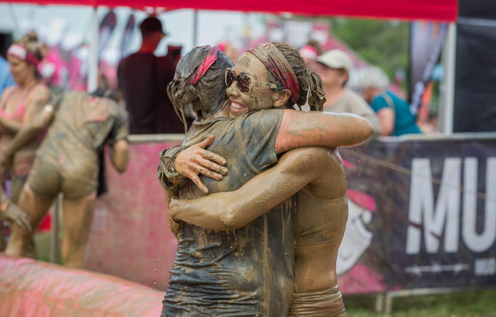 Deux femmes se faisaient l'accolade lors de la Mud Girl Run d'Hamilton, en Ontario, l'an dernier.