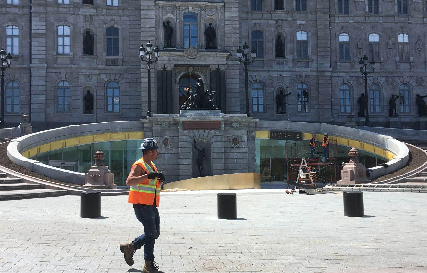 La fontaine dessinée par l'architecte Eugène-Étienne Taché, qui trônait devant l'hôtel du Parlement depuis la fin du XIXe siècle, a été réduite à un simple bassin pour faire place à un mur vitré d'un nouveau pavillon souterrain.