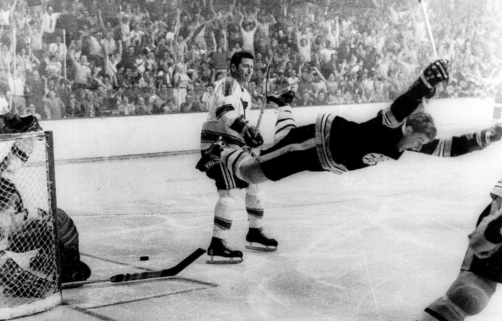 Le 10 mai 1970, Bobby Orr marque le but victorieux pour les Bruins de Boston en finale de la Coupe Stanley sous le regard dépité du défenseur québécois Noël Picard.