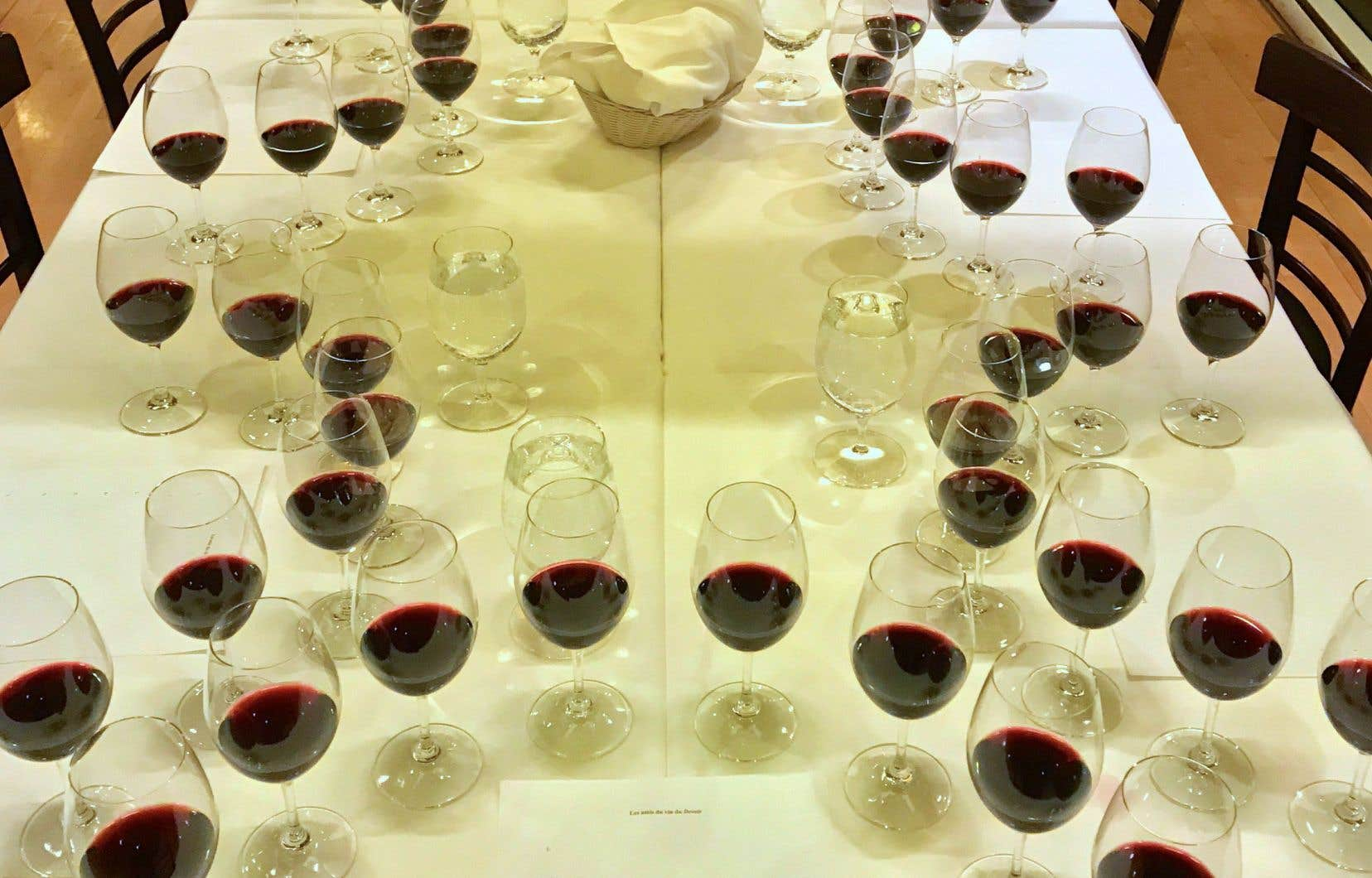 Accompagner le vin dans son voyage lors d'une dégustation à l'aveugle, c'est un peu s'accompagner soi-même…