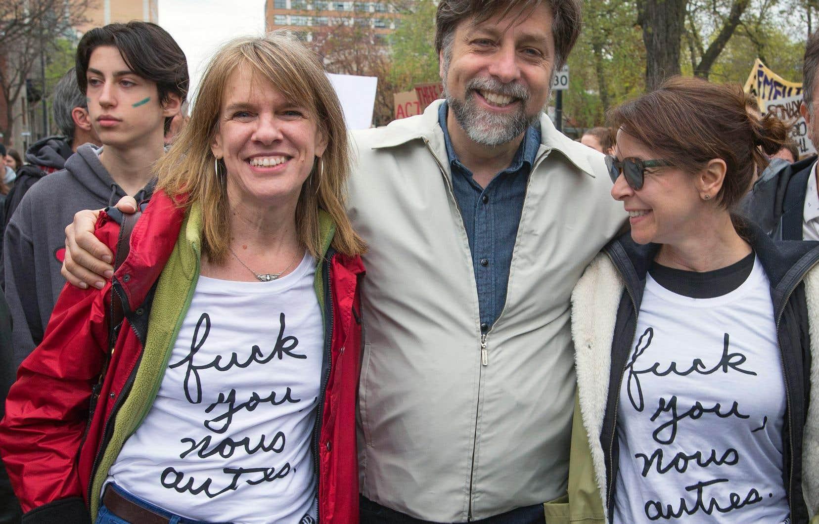 Entourés des jeunes qui manifestent contre la surchauffe climatique, Joblo, l'ex-maire de l'arrondissement du Plateau Luc Ferrandez et la conseillère d'arrondissement Marie Plourde
