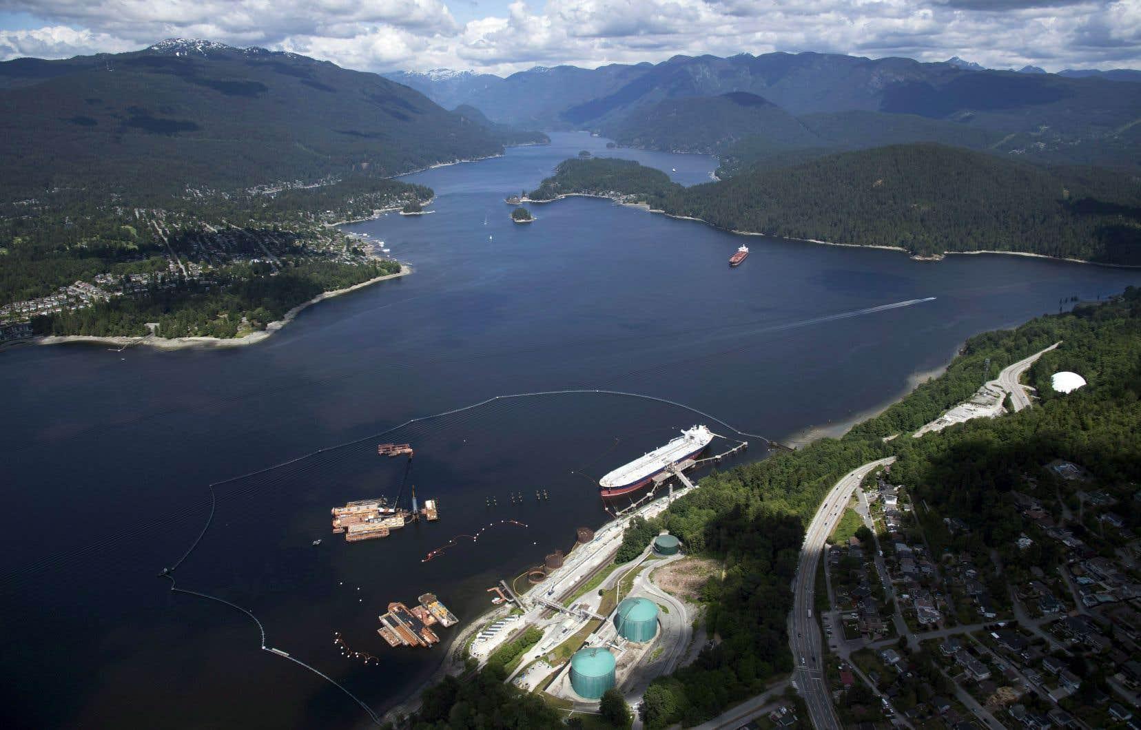 Vue aérienne du terminal maritime de l'oléoduc Trans Mountain, à Burnaby, en Colombie-Britannique