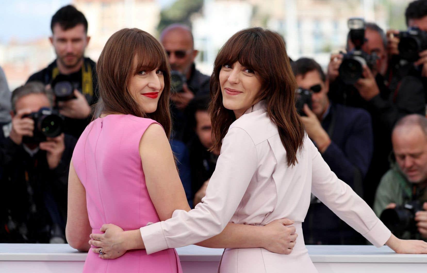 La cinéaste Monia Chokri a vu son travail salué par la classe politique québécoise. Elle est, sur cette photo, accompagnée de l'actrice Anne-Élisabeth Bossé (à gauche).
