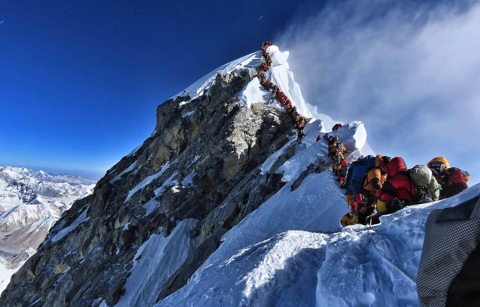 La haute saison bat son plein sur la montagne de 8848 mètres, au point que des files d'attente d'alpinistes se forment à proximité du sommet.