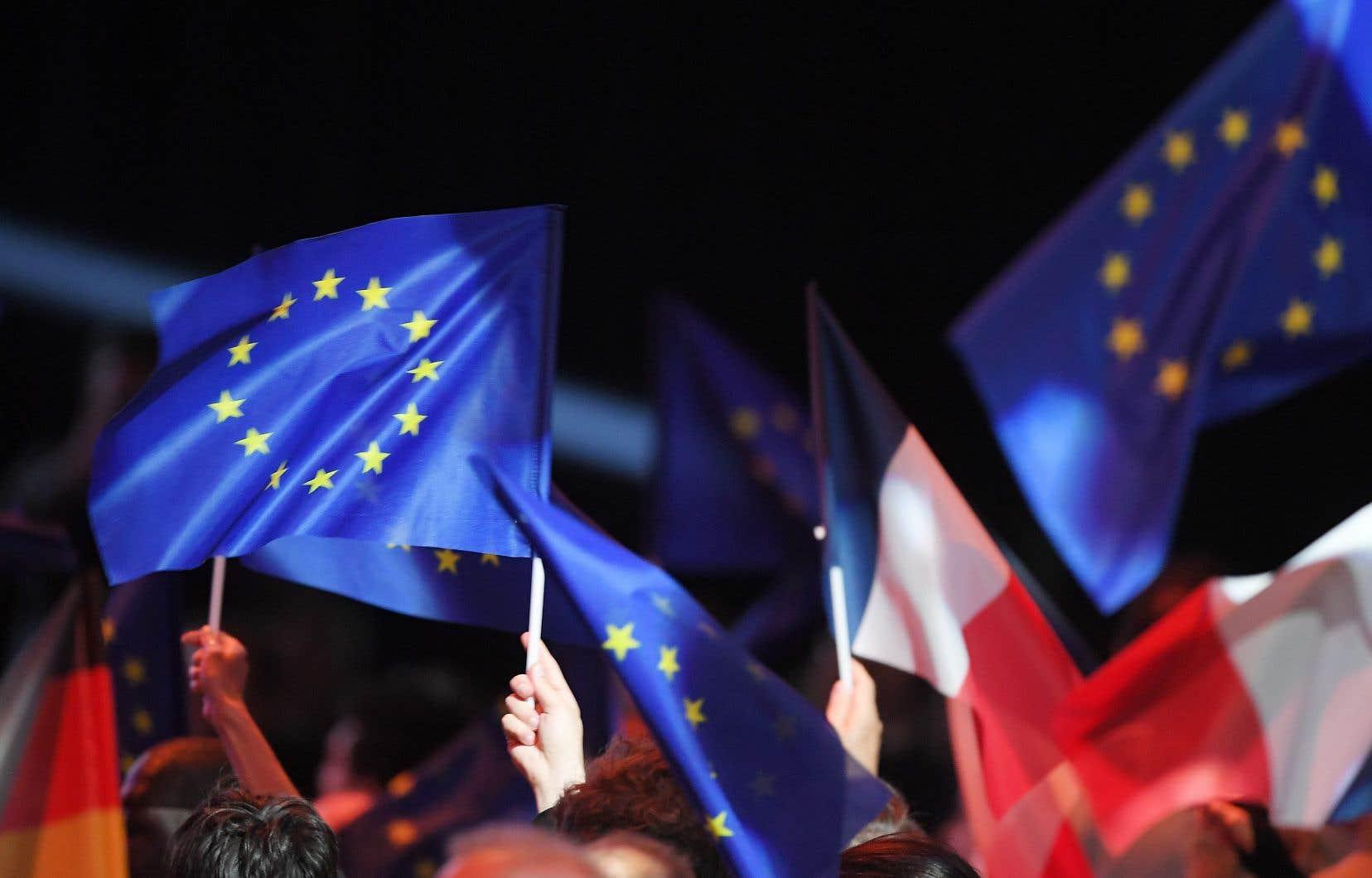 En France, après six mois de manifestation des gilets jaunes et à cause de l'implication personnelle du président, la campagne a pris l'allure d'un plébiscite pour ou contre Emmanuel Macron.