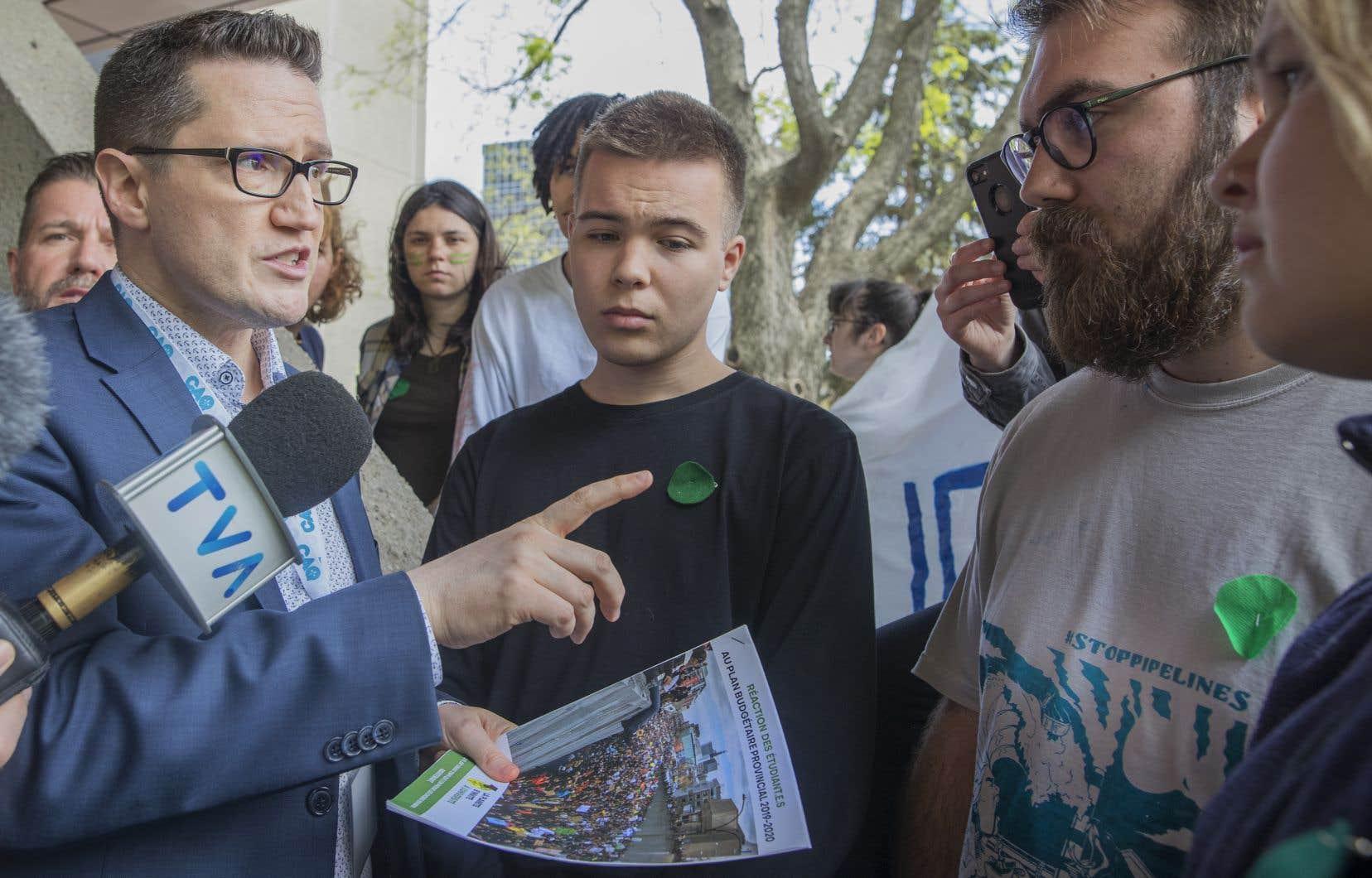Des étudiants issus des collectifs «La Planète s'invite à l'Université», «Pour le futur Mtl» et «Devoir Environnemental Collectif» réclament un entretien avec le premier ministre François Legault.