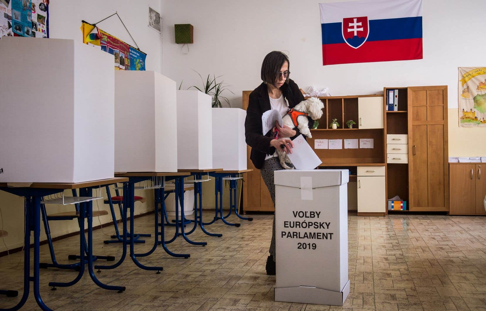 Une femme dépose son bulletin de vote dans un bureau de vote à Bratislava, en Slovaquie, lors des élections européennes, le 25 mai 2019.