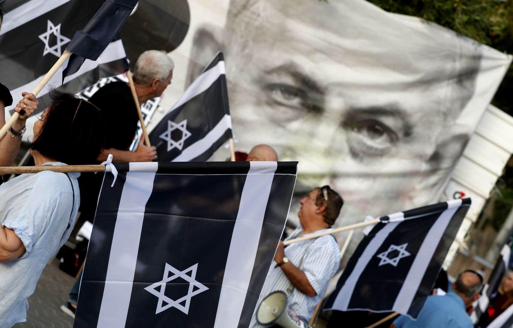 Les organisateurs ont estimé que des dizaines de milliers de personnes avaient participé à la marche qui a eu lieu devant le musée de Tel-Aviv. Moins de 10000 manifestants étaient présents, selon la police.