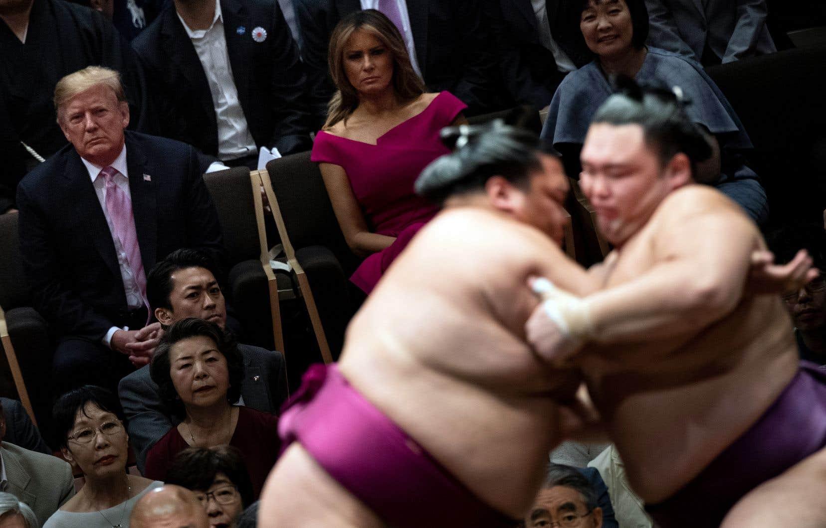 Les spectateurs du combat de sumo avaient été prévenus: il était strictement interdit de lancer leurs coussins — comme le veut la tradition quand un grand champion, un yokozuna, est renversé par son adversaire — de peur qu'ils ne viennent toucher par mégarde le chef d'État américain.