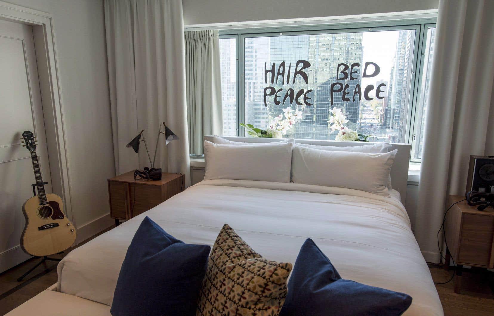 Cinquante ans après le passage de John Lennon et Yoko Ono,l'hôtel Reine-Elizabeth célèbre leur «bed in» en présentant une exposition d'art et en organisant des visites dans la suite que le couple occupait.