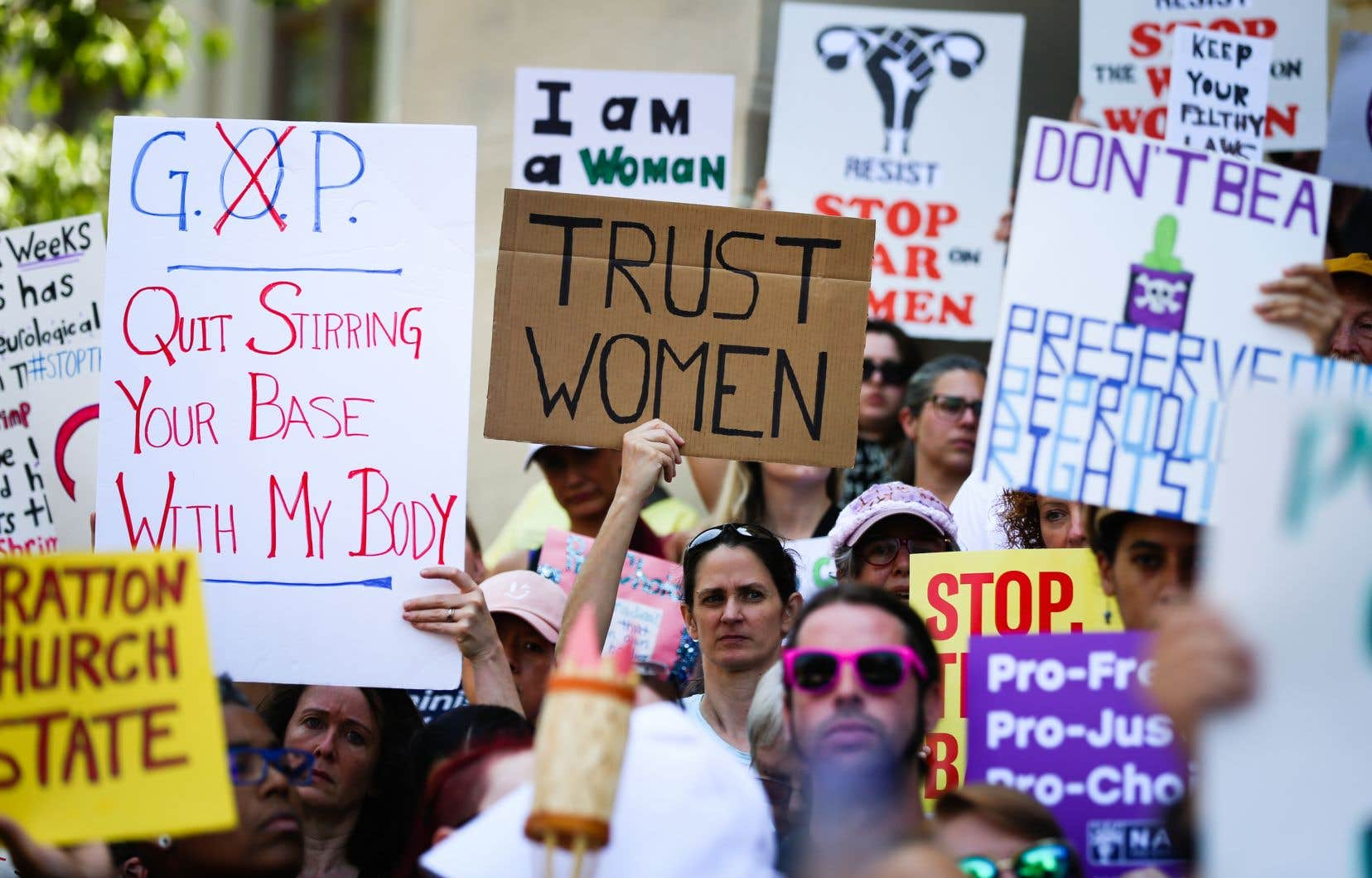 Des femmes et des hommes manifestant à Atlanta le 21 mai dernier à la suite des récentes restrictions du droit à l'avortement aux États-Unis